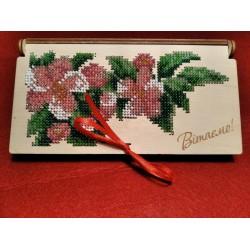 Шкатулка-конверт для грошей вишита бісером з малюнком квіти