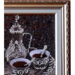"""Качественное оформление рамы багетом вышитой бисером картины """"За чашкой кофе"""""""