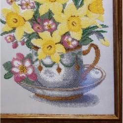 """Картина вышитая бисером """"Нарциссы в чашке"""" оформлена в раму качественным багетом в багетной мастеской"""