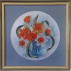 Картина вышитая  бисером Нарциссы в вазе. 33,7x33,7см